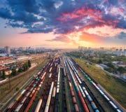 Vogelperspektive von bunten Güterzügen Britischer Bahnhof Stockbild