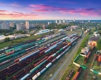 Vogelperspektive von bunten Güterzügen Britischer Bahnhof Stockfotografie