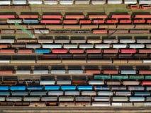 Vogelperspektive von bunten Zügen auf einer Station stockfoto