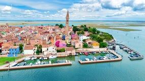 Vogelperspektive von bunter Burano-Insel im venetianischen Lagunenmeer von oben, Italien stockfotografie