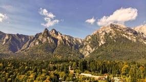 Vogelperspektive von Busteni-Skiort in Prahova-Tal und in Bucegi-Berg lizenzfreie stockbilder
