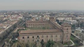 Vogelperspektive von Castello Visconteo oder von Visconti-Schloss in Pavia Lombardei, Italien stock video footage