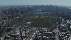 Vogelperspektive von Central Park schmiegte sich in New York City an stock footage