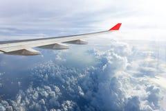 Vogelperspektive von cloudscape schauend durch Flugzeugfenster Stockbild