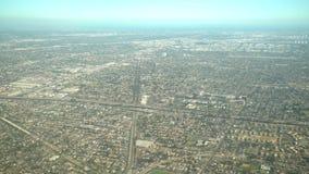 Vogelperspektive von Compton, Ansicht vom Fensterplatz in einem Flugzeug stock video