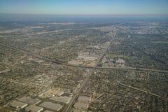 Vogelperspektive von Compton, Ansicht vom Fensterplatz in einem Flugzeug Stockbild