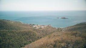 Vogelperspektive von Cousteau-Reserve, Lagune, Ilets-Tauben, Malendure-Strand, Bouillante, Guadeloupe, Karibisches Meer stock video footage
