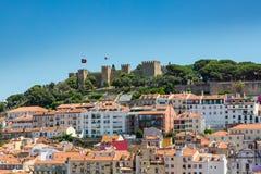 Vogelperspektive von Dächern und von Schloss von Alfama, der historische Bereich von Stockfoto