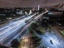 Vogelperspektive von 23 de Maio Avenue und Ibirapuera parken nachts lizenzfreies stockbild