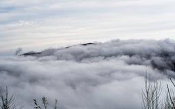 Vogelperspektive von den Bergen versenkt in den Wolken lizenzfreie stockfotos