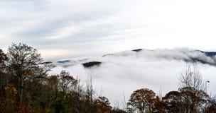 Vogelperspektive von den Bergen versenkt in den Wolken lizenzfreies stockbild