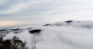 Vogelperspektive von den Bergen versenkt in den Wolken stockbilder