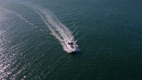 Vogelperspektive von den Freunden, die auf Yachtplattform segeln stock video