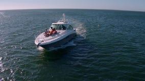 Vogelperspektive von den Freunden, die auf Yachtplattform sich entspannen stock footage
