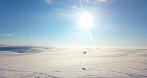 Vogelperspektive von den Leuten, die in der Tundra snowkiting sind stock footage