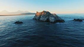 Vogelperspektive von den Meereswogen, die herauf Felsen, Klippe, Riff sich waschen Wellenabbruch gegen gezacktes stock footage