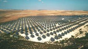 Vogelperspektive von den Sonnenkollektoren, die Strom erzeugen Andalusien, Spanien stock footage