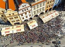 Vogelperspektive von den Touristen, die astronomische Uhr (Orloj) aufpassen in der alten Stadt von Prag Lizenzfreie Stockfotografie