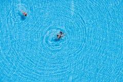 Vogelperspektive von den Touristen, die im Pool schwimmen Lizenzfreie Stockfotografie
