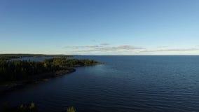 Vogelperspektive von den Wipfeln Bucht aufdeckend und von Rocky Shoreline stock video footage