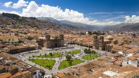 Vogelperspektive von der des Cuscos Hauptpiazza mit Menge von den Leuten, welche die Flagge aufpassen, Tat anzuheben stockfotografie