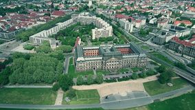 Vogelperspektive von der Finanzen Sachsisches Staatsministerium oder sächsisches Staatsministerium der Finanzierung in Dresden, D stock video footage