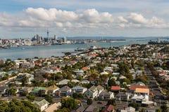 Vogelperspektive von Devonport mit Auckland-Skylinen Lizenzfreie Stockfotos