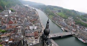 Vogelperspektive von Dinats-Stadt, von Maas u. von Collegiale Notre Dame de Dinant Stockbilder