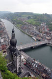 Vogelperspektive von Dinats-Stadt, von Maas u. von Collegiale Notre Dame de Dinant Stockbild