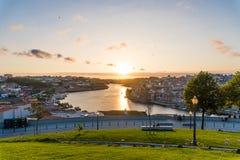 Vogelperspektive von Dom Luis I auf Duero-Fluss bei Sonnenuntergang bei Vila Nova de Gaia, Porto, Portugal Malerisches städtische Stockbilder