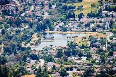 Vogelperspektive von Dr. Robert Gross Groundwater Recharge Pond umgab durch eine Wohn- Nachbarschaft, San Jose, Süd-San Francisco stockbilder