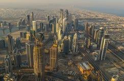 Vogelperspektive von Dubai-Stadt bei Sonnenaufgang stockfotos