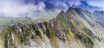 Vogelperspektive von einem Brummen über die Karpaten, in Rumänien stockbilder