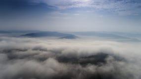 Vogelperspektive von einem Brummen über die Transylvanian-Täler auf einem nebeligen Morgen, über sic Dorf, Siebenbürgen, Rumänien stockfotos