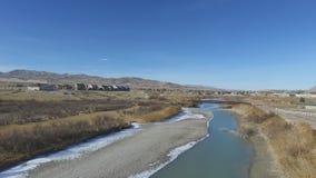 Vogelperspektive von einem faulen Fluss und von Brücke mit Wohnungsbau über dem Fluss stock video footage