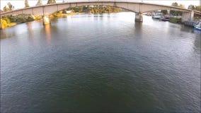 Vogelperspektive von einem Fluss und von Brücke in Chile stock video