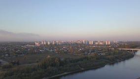Vogelperspektive von einem Fluss und von Stadt stock video footage