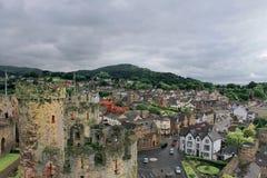 Vogelperspektive von einem Schloss, das eine Stadt übersieht Stockfotografie