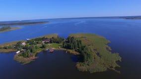 Vogelperspektive von einer kleinen bewohnten Insel auf schönem See Seliger, Russland stock video footage