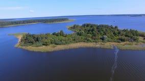 Vogelperspektive von einer kleinen Insel auf schönem See Seliger, Russland stock video