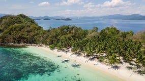Vogelperspektive von einer paradisiacal Insel mit einigen traditionellen philippinischen Booten in Palawan, die Philippinen lizenzfreie stockfotografie