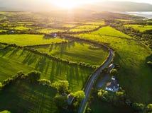 Vogelperspektive von endlosen üppigen Weiden und von Ackerland von Irland Schöne irische Landschaft mit Smaragdgrünfeldern und -w Stockbilder