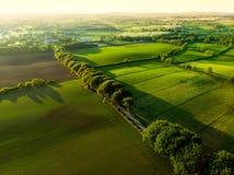 Vogelperspektive von endlosen üppigen Weiden und von Ackerland von Irland Schöne irische Landschaft mit Smaragdgrünfeldern und -w Stockfoto