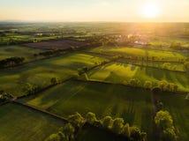 Vogelperspektive von endlosen üppigen Weiden und von Ackerland von Irland Schöne irische Landschaft mit Smaragdgrünfeldern und -w Stockfotografie