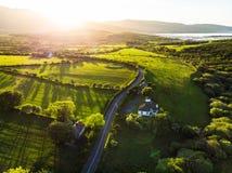 Vogelperspektive von endlosen üppigen Weiden und von Ackerland von Irland Schöne irische Landschaft mit Smaragdgrünfeldern und -w Lizenzfreies Stockbild