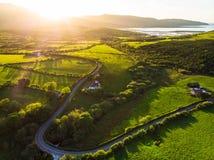 Vogelperspektive von endlosen üppigen Weiden und von Ackerland von Irland Schöne irische Landschaft mit Smaragdgrünfeldern und -w Lizenzfreie Stockfotos