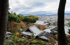 Vogelperspektive von Enkoji-Tempel und von Kyoto-Stadt während der Herbstsaison Lizenzfreie Stockbilder