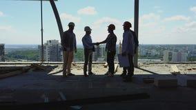 Vogelperspektive von Erbauern team Händedruck mit Geschäftsmannarbeitgeber auf Baustelle, Sitzung der Gruppe Auftragnehmer stock video footage