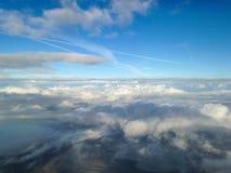 Vogelperspektive von Erde und von Wolken Stockbild