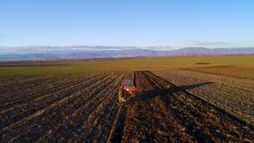 Vogelperspektive von Erntefeldern mit Traktor Landwirt, der Stoppelfeld pflügt stock video